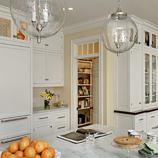 Klassische Wohnküche mit Marmor-Arbeitsplatte, Schrankfronten im Shaker-Stil, weißen Schränken, Landhausspüle, Küchenrückwand in Weiß und Elektrogeräten mit Frontblende in New York