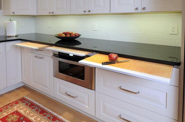 Contemporary Kitchen by Bella Domicile