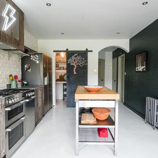 ロンドンの中くらいのエクレクティックスタイルのおしゃれなキッチン (シングルシンク、フラットパネル扉のキャビネット、中間色木目調キャビネット、コンクリートカウンター、白いキッチンパネル、レンガのキッチンパネル、シルバーの調理設備、白い床、グレーのキッチンカウンター) の写真