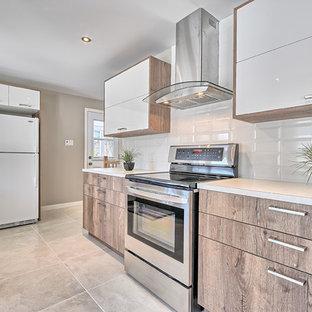 Idéer för att renovera ett litet funkis kök, med en undermonterad diskho, släta luckor, skåp i ljust trä, laminatbänkskiva, vitt stänkskydd, stänkskydd i tunnelbanekakel, vita vitvaror, klinkergolv i keramik och en halv köksö