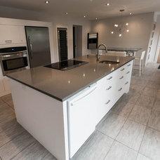 Modern Kitchen by Renovia