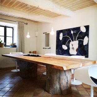 Foto de cocina en L, campestre, pequeña, abierta, con fregadero integrado, puertas de armario de madera clara, encimera de granito, electrodomésticos de acero inoxidable, suelo de baldosas de terracota, una isla, suelo rosa y encimeras grises