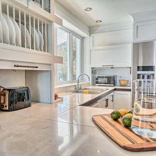 Foto di una cucina boho chic di medie dimensioni con lavello a doppia vasca, ante in stile shaker, ante bianche, top piastrellato, paraspruzzi bianco, paraspruzzi a finestra, elettrodomestici in acciaio inossidabile, pavimento in ardesia e penisola