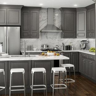 Geschlossene, Mittelgroße Moderne Küche in U-Form mit Unterbauwaschbecken, profilierten Schrankfronten, grauen Schränken, Marmor-Arbeitsplatte, Küchenrückwand in Weiß, Rückwand aus Marmor, Küchengeräten aus Edelstahl, dunklem Holzboden, Halbinsel, braunem Boden und weißer Arbeitsplatte in San Diego
