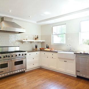 Exempel på ett klassiskt kök, med en rustik diskho och rostfria vitvaror