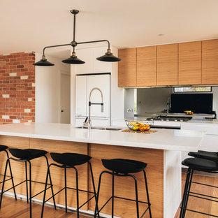 Moderne Küche mit hellbraunen Holzschränken, Marmor-Arbeitsplatte, Rückwand aus Spiegelfliesen, braunem Holzboden und Kücheninsel in Canberra - Queanbeyan
