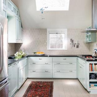Klassisk inredning av ett avskilt, litet svart svart u-kök, med skåp i shakerstil, bänkskiva i täljsten, rostfria vitvaror, målat trägolv, grått stänkskydd, stänkskydd i tunnelbanekakel, grått golv och blå skåp