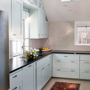 Inredning av ett klassiskt avskilt, litet svart svart u-kök, med skåp i shakerstil, blå skåp, bänkskiva i täljsten, rostfria vitvaror, vitt golv, en undermonterad diskho, beige stänkskydd, stänkskydd i keramik och målat trägolv