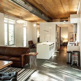 Ejemplo de cocina de galera, rústica, abierta, con armarios con paneles lisos, puertas de armario blancas, encimera de cuarcita, electrodomésticos de acero inoxidable, suelo de terrazo, una isla, suelo gris y encimeras blancas
