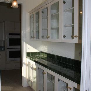Inspiration pour une arrière-cuisine victorienne avec des portes de placard jaunes, un plan de travail en carrelage, aucun îlot et un plan de travail vert.