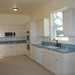 他の地域のヴィクトリアン調のおしゃれなキッチン (黄色いキャビネット、タイルカウンター、白い調理設備、アイランドなし、青いキッチンカウンター) の写真