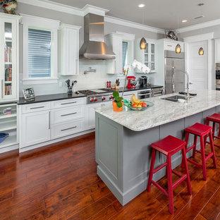 Exempel på ett mellanstort maritimt kök, med en undermonterad diskho, skåp i shakerstil, vita skåp, träbänkskiva, vitt stänkskydd, stänkskydd i porslinskakel, rostfria vitvaror, mörkt trägolv och en köksö