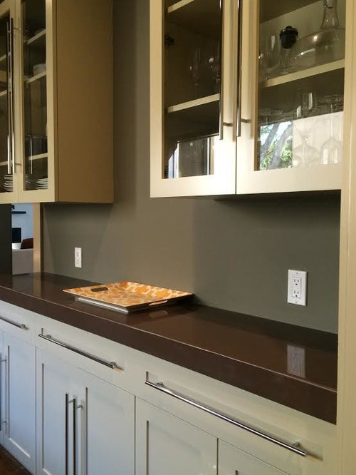 Small enclosed kitchen design ideas renovations photos for What kind of paint to use on kitchen cabinets for grand canyon wall art