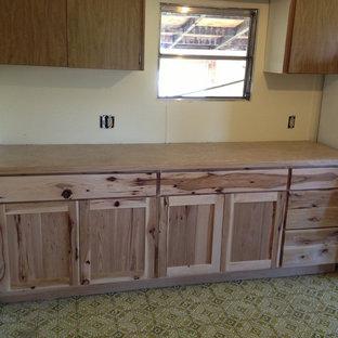 シアトルの中くらいのラスティックスタイルのおしゃれなキッチン (シェーカースタイル扉のキャビネット、淡色木目調キャビネット、リノリウムの床) の写真