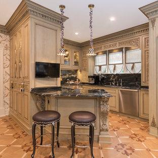 ニューヨークの広いヴィクトリアン調のおしゃれなキッチン (エプロンフロントシンク、落し込みパネル扉のキャビネット、ベージュのキャビネット、御影石カウンター、マルチカラーのキッチンパネル、ガラスまたは窓のキッチンパネル、シルバーの調理設備、ラミネートの床、マルチカラーの床、黒いキッチンカウンター) の写真