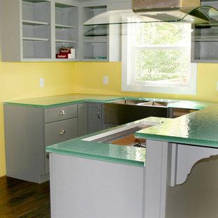 ルイビルの中くらいのエクレクティックスタイルのおしゃれなキッチン (ダブルシンク、フラットパネル扉のキャビネット、グレーのキャビネット、ガラスカウンター、茶色い床、緑のキッチンカウンター、濃色無垢フローリング) の写真