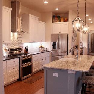 Inspiration för mellanstora lantliga kök, med en rustik diskho, skåp i shakerstil, vita skåp, granitbänkskiva, vitt stänkskydd, stänkskydd i cementkakel, rostfria vitvaror, mellanmörkt trägolv, en köksö och brunt golv