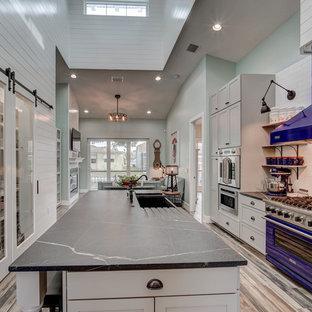 Idee per una cucina costiera di medie dimensioni con lavello integrato, ante in stile shaker, ante grigie, top in quarzite, paraspruzzi bianco, paraspruzzi con piastrelle in ceramica, elettrodomestici colorati, pavimento in cementine, isola, pavimento grigio e top grigio