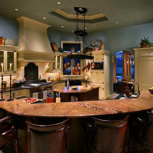 Cette photo montre une cuisine américaine sud-ouest américain en U avec un évier 2 bacs, un placard avec porte à panneau encastré, des portes de placard beiges, un plan de travail en onyx, une crédence blanche, une crédence en carreau de céramique et 2 îlots.