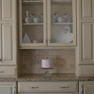 Einzeilige, Mittelgroße Klassische Küche mit Vorratsschrank, profilierten Schrankfronten, Schränken im Used-Look, Granit-Arbeitsplatte, Küchenrückwand in Beige, Rückwand aus Steinfliesen und Kücheninsel in Cleveland