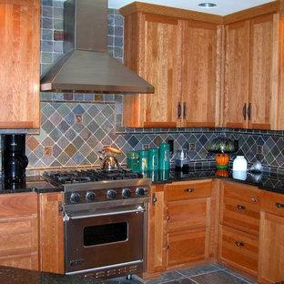 ニューヨークの中サイズのサンタフェスタイルのおしゃれなキッチン (ダブルシンク、シェーカースタイル扉のキャビネット、中間色木目調キャビネット、人工大理石カウンター、青いキッチンパネル、セラミックタイルのキッチンパネル、シルバーの調理設備の、セラミックタイルの床) の写真