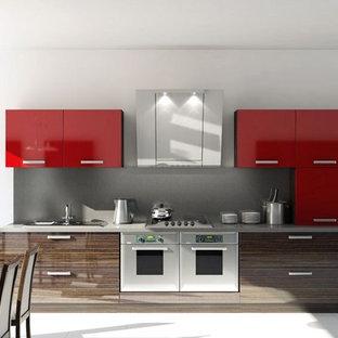 Exempel på ett litet modernt linjärt kök och matrum, med en enkel diskho, släta luckor, röda skåp, laminatbänkskiva, grått stänkskydd, rostfria vitvaror och klinkergolv i keramik