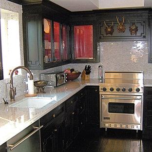 ニューヨークの中サイズのエクレクティックスタイルのおしゃれなキッチン (アンダーカウンターシンク、シェーカースタイル扉のキャビネット、濃色木目調キャビネット、御影石カウンター、メタリックのキッチンパネル、サブウェイタイルのキッチンパネル、シルバーの調理設備の、濃色無垢フローリング) の写真