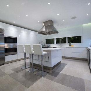 中くらいのモダンスタイルのおしゃれなキッチン (フラットパネル扉のキャビネット、白いキャビネット、クオーツストーンカウンター、白いキッチンパネル、セラミックタイルの床、グレーの床、白いキッチンカウンター) の写真