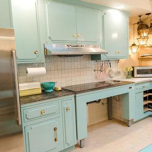 Esempio di una cucina classica con lavello sottopiano, ante turchesi, paraspruzzi beige, paraspruzzi con piastrelle in ceramica, elettrodomestici in acciaio inossidabile, pavimento in gres porcellanato, isola, pavimento multicolore e top bianco