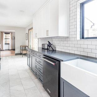 Idéer för avskilda, stora lantliga svart l-kök, med en rustik diskho, skåp i shakerstil, blå skåp, bänkskiva i kvarts, vitt stänkskydd, stänkskydd i tunnelbanekakel, svarta vitvaror, marmorgolv, en köksö och grått golv