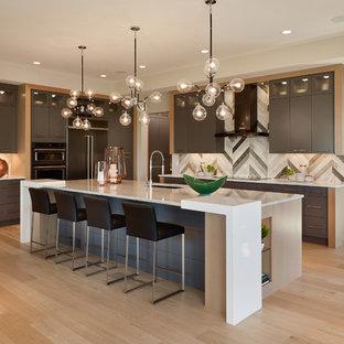 Пример оригинального дизайна: большая п-образная кухня в современном стиле с врезной раковиной, плоскими фасадами, серыми фасадами, столешницей из кварцита, серым фартуком, фартуком из каменной плитки, цветной техникой, светлым паркетным полом и островом