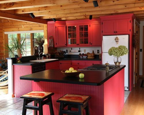 Cucina con ante rosse e pavimento con piastrelle in ceramica ...