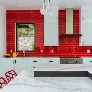 Offene, Zweizeilige, Geräumige Moderne Küche mit Unterbauwaschbecken, flächenbündigen Schrankfronten, weißen Schränken, Quarzit-Arbeitsplatte, Küchenrückwand in Rot, Rückwand aus Metrofliesen, Küchengeräten aus Edelstahl, zwei Kücheninseln, grauem Boden und weißer Arbeitsplatte in Denver