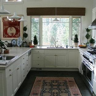 シアトルの小さいアジアンスタイルのおしゃれなキッチン (ダブルシンク、シェーカースタイル扉のキャビネット、白いキャビネット、タイルカウンター、シルバーの調理設備の、セラミックタイルの床、メタリックのキッチンパネル、メタルタイルのキッチンパネル、グレーの床) の写真