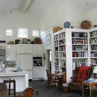 シアトルの小さいアジアンスタイルのおしゃれなキッチン (ダブルシンク、シェーカースタイル扉のキャビネット、白いキャビネット、タイルカウンター、メタリックのキッチンパネル、メタルタイルのキッチンパネル、シルバーの調理設備の、セラミックタイルの床) の写真