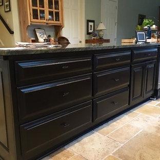 アトランタの小さいモダンスタイルのおしゃれなキッチン (レイズドパネル扉のキャビネット、黒いキャビネット、御影石カウンター、シルバーの調理設備、テラコッタタイルの床、黒いキッチンパネル、セラミックタイルのキッチンパネル、ベージュの床、緑のキッチンカウンター、三角天井) の写真