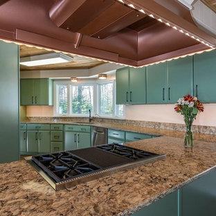 他の地域の中くらいのトランジショナルスタイルのおしゃれなキッチン (アンダーカウンターシンク、フラットパネル扉のキャビネット、緑のキャビネット、クオーツストーンカウンター、シルバーの調理設備、クッションフロア、茶色い床、ベージュのキッチンカウンター) の写真