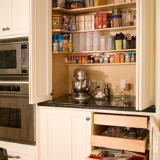 Traditional Kitchen by Hyland Cabinetworks Inc.