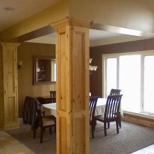 オレンジカウンティの大きいトラディショナルスタイルのおしゃれなキッチン (アンダーカウンターシンク、レイズドパネル扉のキャビネット、中間色木目調キャビネット、御影石カウンター、マルチカラーのキッチンパネル、ライムストーンの床、シルバーの調理設備の、ライムストーンの床、ベージュの床、マルチカラーのキッチンカウンター) の写真