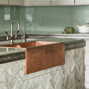 Idéer för att renovera ett stort funkis kök, med en rustik diskho, grå skåp, granitbänkskiva, grönt stänkskydd, glaspanel som stänkskydd, integrerade vitvaror, betonggolv och flera köksöar