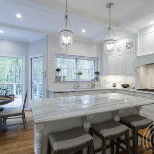 アトランタの小さいトラディショナルスタイルのおしゃれなキッチン (アンダーカウンターシンク、シェーカースタイル扉のキャビネット、白いキャビネット、珪岩カウンター、白いキッチンパネル、大理石のキッチンパネル、シルバーの調理設備、淡色無垢フローリング、茶色い床、白いキッチンカウンター) の写真