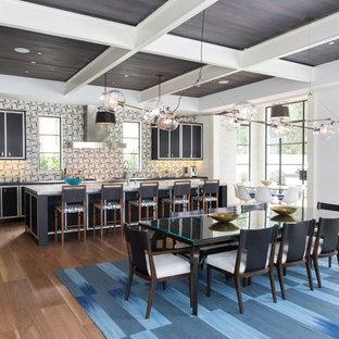 Esempio di una grande cucina minimal con ante nere, paraspruzzi multicolore, pavimento in legno massello medio, isola, lavello stile country, ante lisce, top in marmo, paraspruzzi con piastrelle in ceramica, elettrodomestici in acciaio inossidabile e pavimento marrone