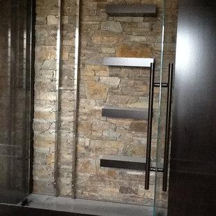 カルガリーの中くらいのコンテンポラリースタイルのおしゃれなキッチン (ガラス扉のキャビネット、濃色木目調キャビネット、レンガのキッチンパネル) の写真
