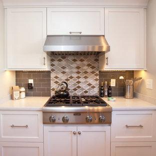 Esempio di una cucina chic di medie dimensioni con lavello stile country, ante con bugna sagomata, ante bianche, top in quarzo composito, paraspruzzi grigio, paraspruzzi con piastrelle di vetro, elettrodomestici in acciaio inossidabile e pavimento in legno massello medio