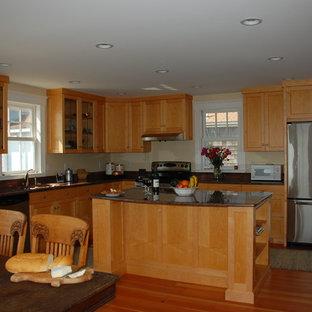 ボストンの大きいヴィクトリアン調のおしゃれなキッチン (シングルシンク、シェーカースタイル扉のキャビネット、淡色木目調キャビネット、御影石カウンター、石スラブのキッチンパネル、シルバーの調理設備、淡色無垢フローリング) の写真