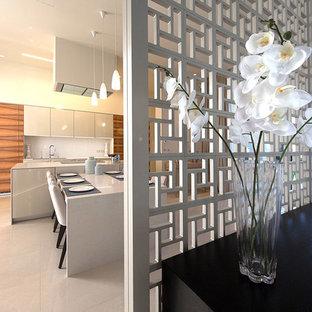 他の地域のアジアンスタイルのおしゃれなキッチン (フラットパネル扉のキャビネット、ベージュのキャビネット、白いキッチンパネル) の写真