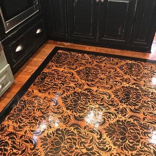 Mittelgroße Klassische Küche mit gebeiztem Holzboden und schwarzem Boden in Washington, D.C.