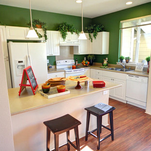 Eat-in kitchen remodeling - Inspiration for a l-shaped eat-in kitchen remodel in Hawaii with a peninsula
