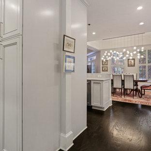 アトランタの中サイズのエクレクティックスタイルのおしゃれなキッチン (白いキャビネット、大理石カウンター、白いキッチンパネル、大理石の床、シルバーの調理設備の、濃色無垢フローリング、黒い床、白いキッチンカウンター、落し込みパネル扉のキャビネット) の写真