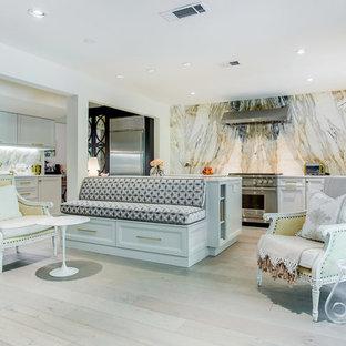 Стильный дизайн: большая кухня в стиле современная классика с белыми фасадами, столешницей из кварцита, фартуком из мрамора, техникой из нержавеющей стали, светлым паркетным полом, островом, бежевым полом, фасадами с утопленной филенкой и разноцветным фартуком - последний тренд